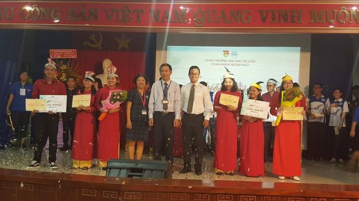 6 sinh viên giành được học bổng toàn phần.