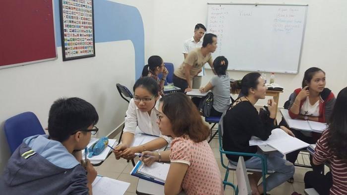 Các học viên đang thảo luận thật sôi nổi và hào hứng về bài học.